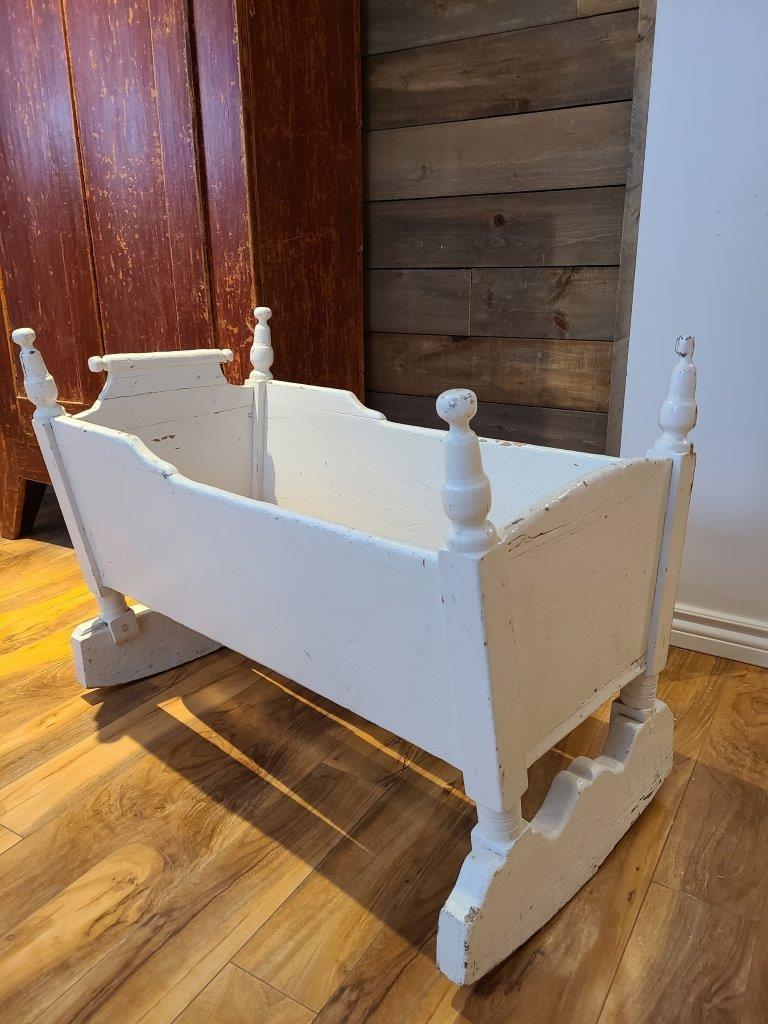 Superbe berceau antique blanc en bois3