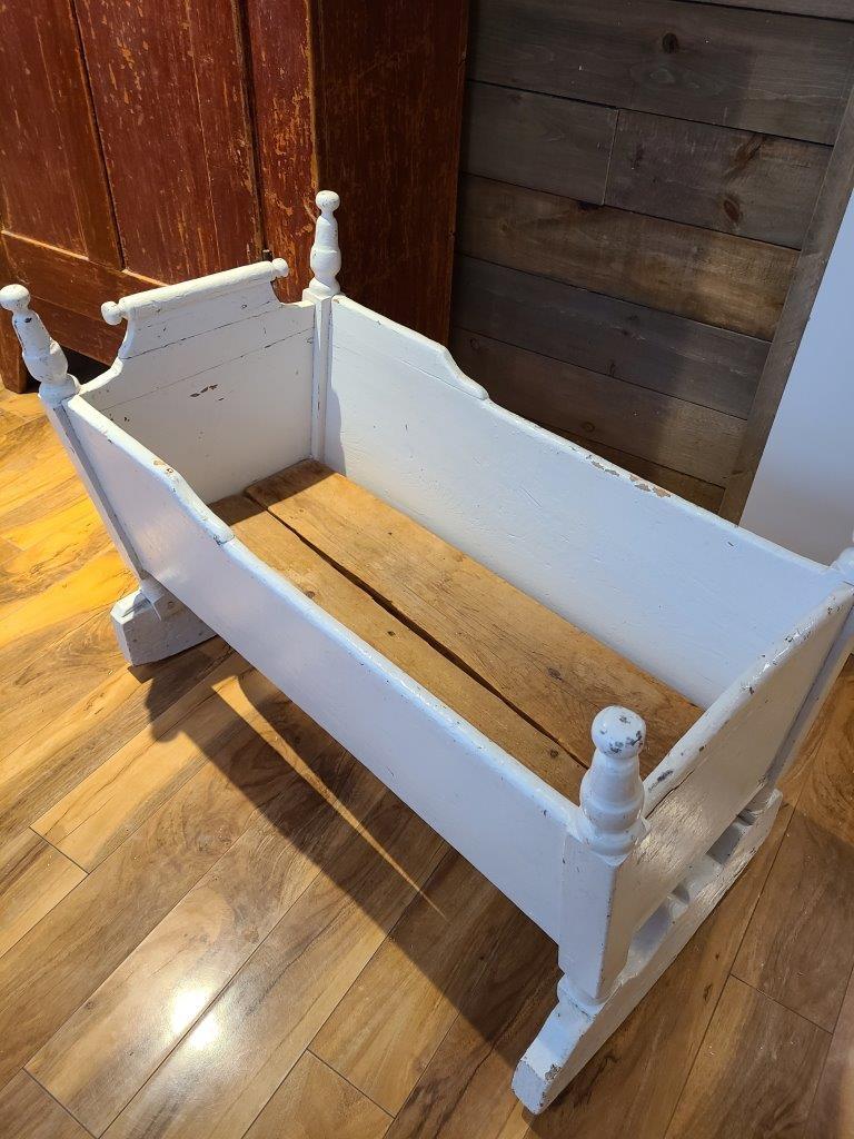 Superbe berceau antique blanc en bois2