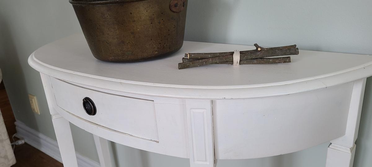 Superbe table crédence blanche avec un tiroir