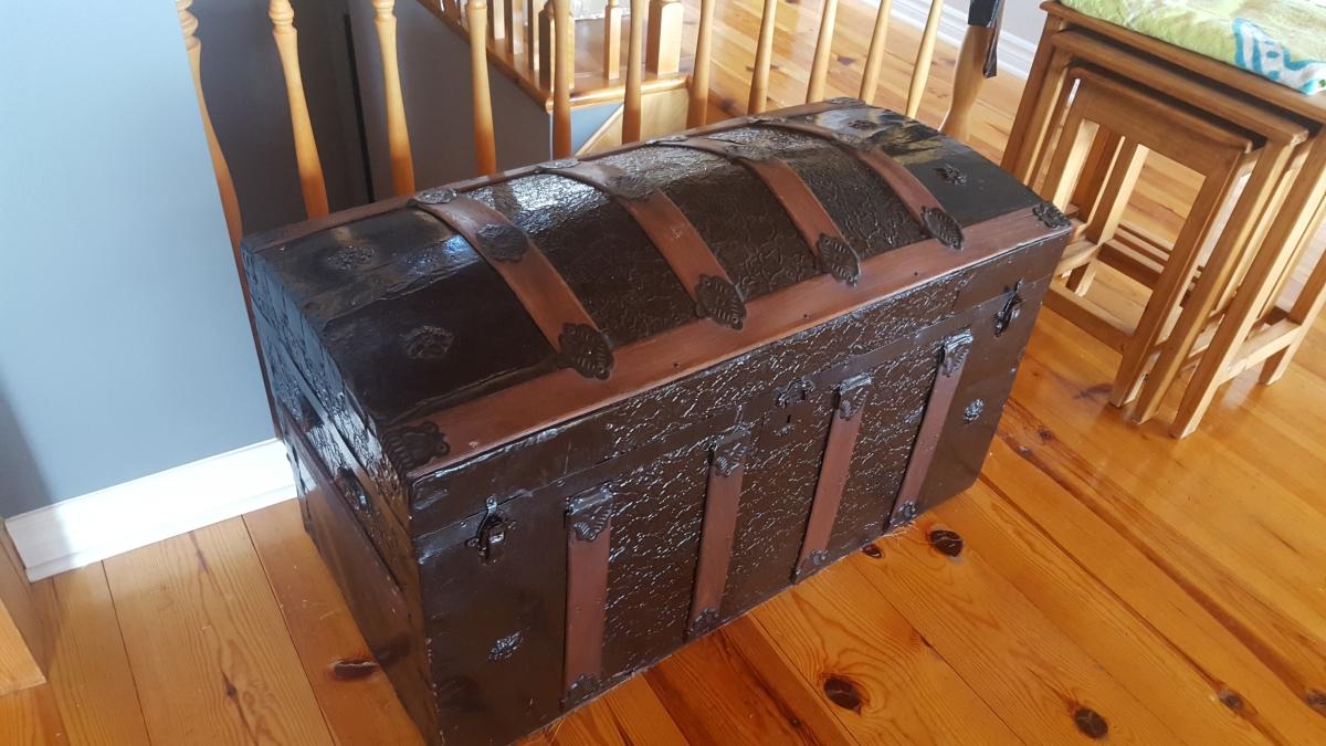 plus de photos ed17d be615 Coffre bombé en bois et métal style pirate antique