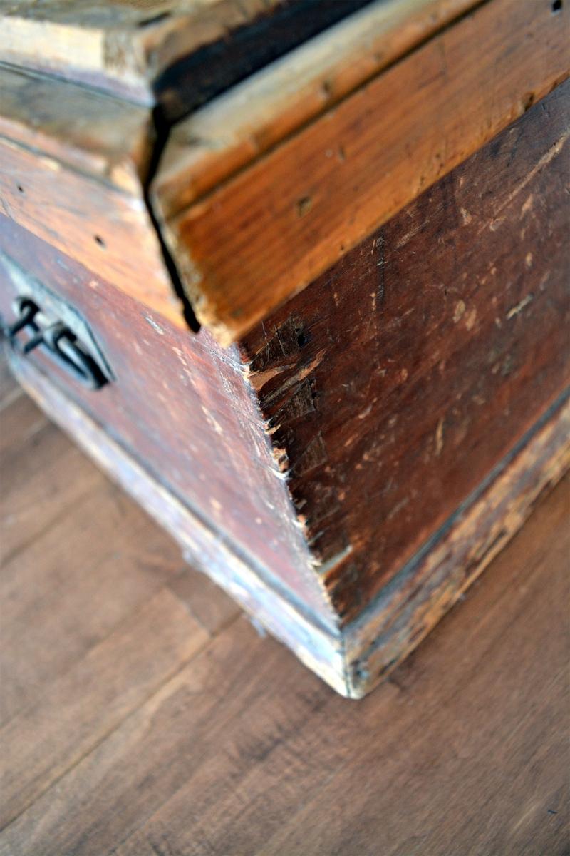 coffre de menuisier antique en bois pin rustique. Black Bedroom Furniture Sets. Home Design Ideas