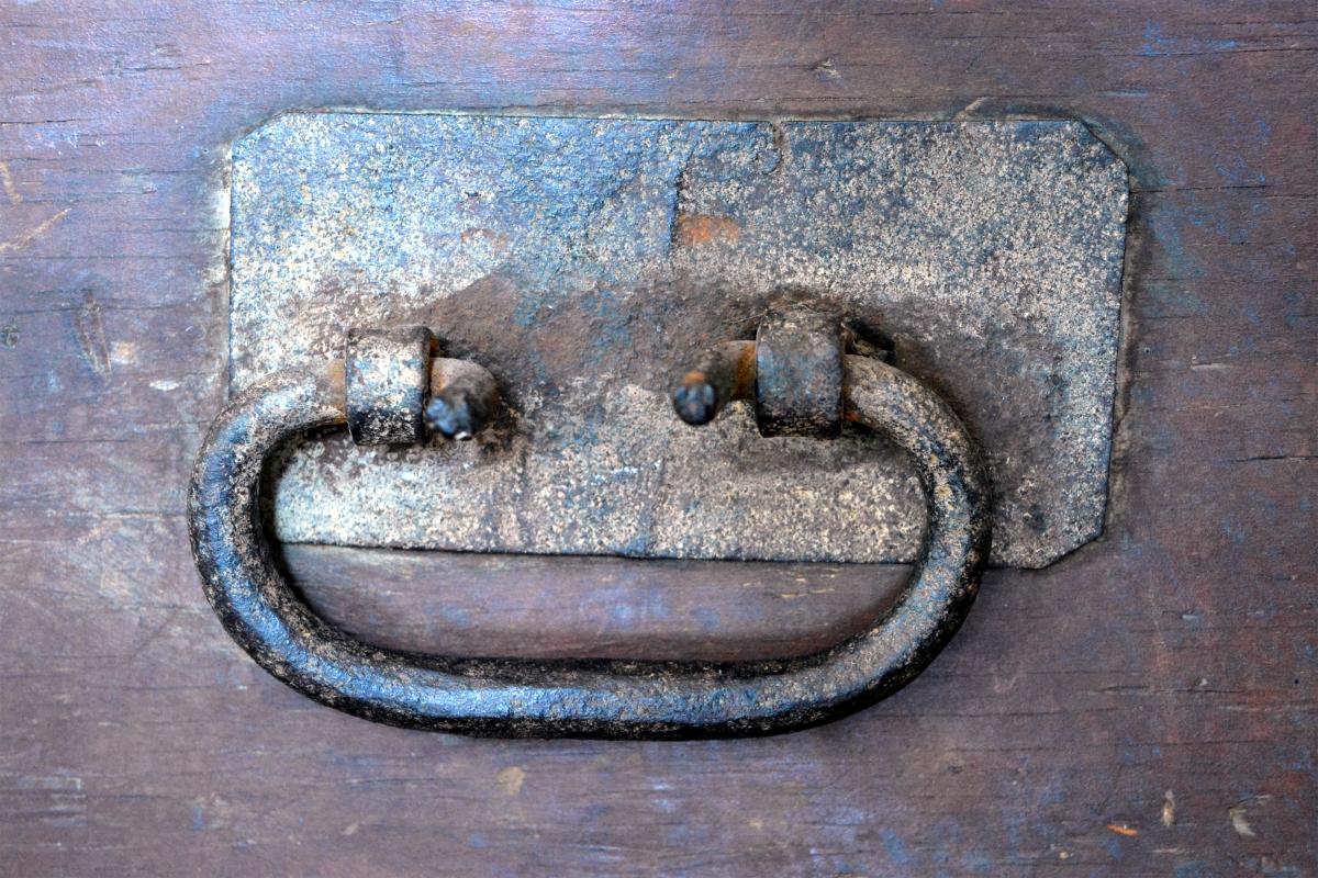 Coffre de menuisier antique en bois pin rustique for Meuble salle de bain menuisier