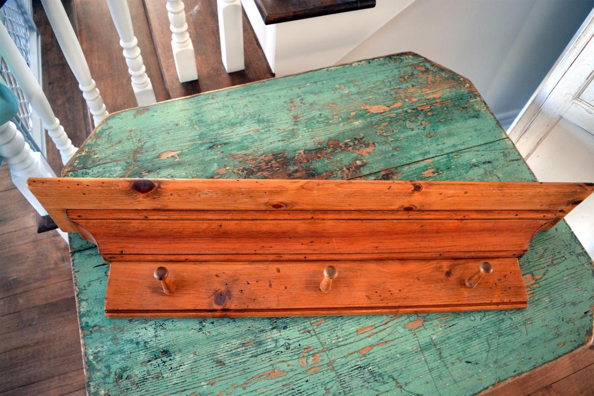 Corniche en bois et portes clés, manteaux3