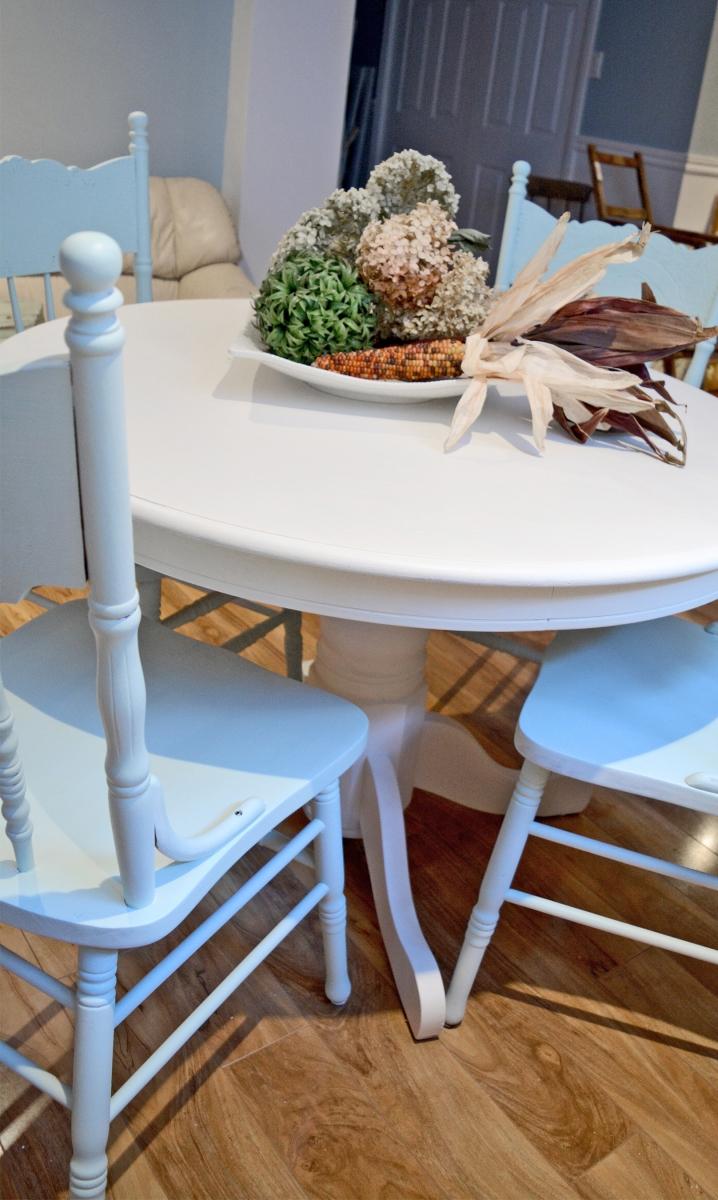 Table ronde crème et 4 chaises antique pressback turquoises3