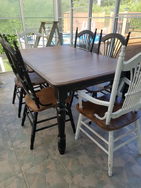 Table noirr usée, bois dessus foncé siège bois teint