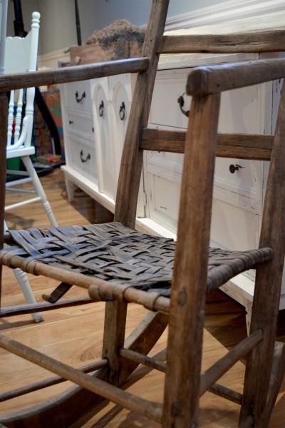 Chaise berçante antique en bois3