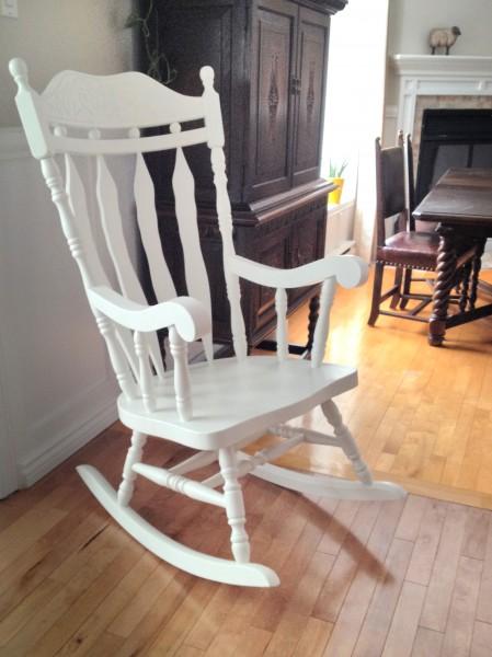 Chaise berçante  blanche à haut dossier bois2