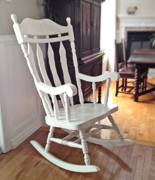 Chaise berçante  blanche à haut dossier bois