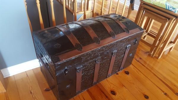 Coffre bombé en bois et métal style pirate antique