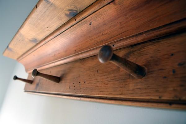 Corniche en bois et portes clés, manteaux2