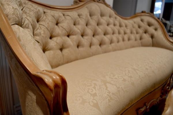 Divan antique victorien beige, bois rose sculptée2
