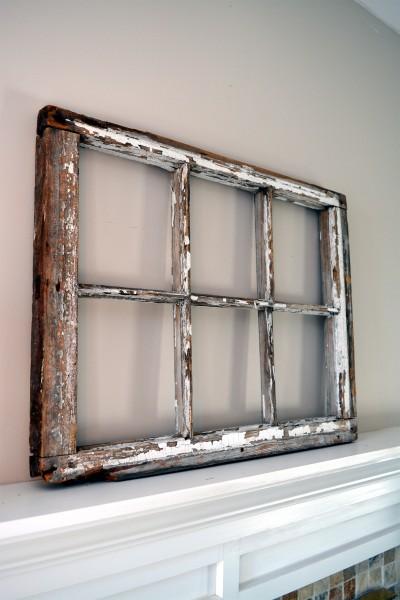 Fenêtre antique à carreaux usées