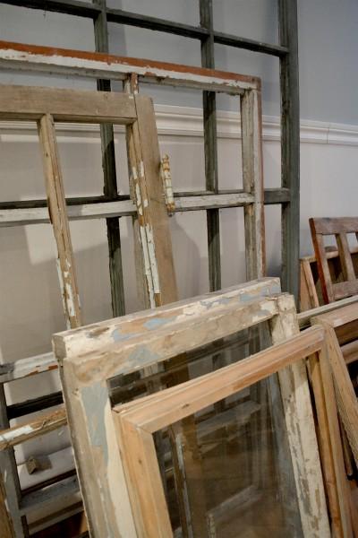 Fenêtre antique à carreaux usées6