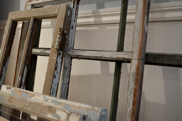 Fenêtre antique à carreaux usées5