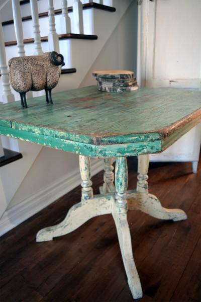 Magnifique table antique turquoise et beige en bois