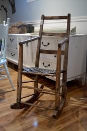 Chaise berçante antique en bois