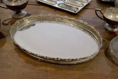 Plateau en métal argent avec fond en miroir