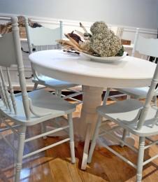 Table ronde crème et 4 chaises antique pressback turquoises